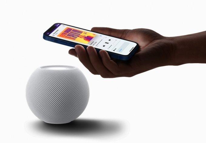 홈팟 미니는 애플 기기와 자연스럽게 연결되며, 사용자는 아이폰에서 음악을 이어 듣거나 자동으로 개인화된 청음 추천을 받을 수 있다. /사진=애플