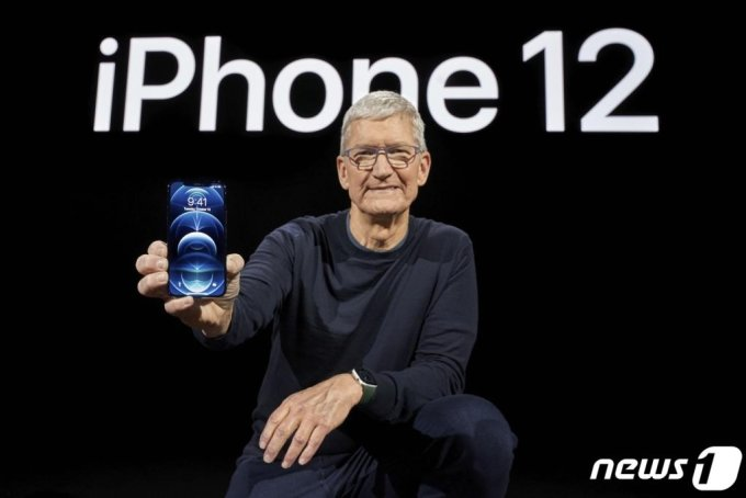 (AFP=뉴스1) 이재명 기자 = 팀쿡 애플 최고경영자가 13일(현지시간) 미국 캘리포니아주 쿠퍼티노 스티븐 잡스 극장에서 아이폰12를 공개하고 있다.