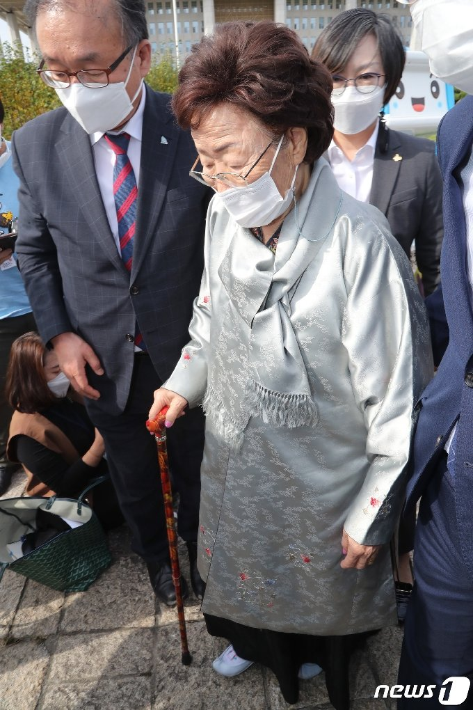 [사진] '독일 평화의 소녀상 철거 반대' 기자회견 마친 이용수 할머니