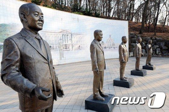 옛 대통령 별장 청남대에 설치됐던 전직 대통령 동상 © News1