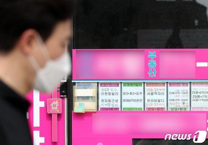 8월 17일 서울 중구 서울역 인근 아파트 단지 내 공인중개업소의 모습. 2020.8.17/사진 = 뉴스 1