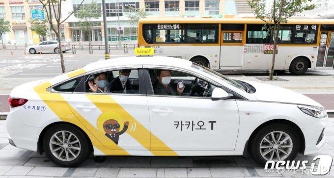 (성남=뉴스1) 박세연 기자 = 장석영 과학기술정보통신부 차관(뒤)과 류긍선 카카오모빌리티 대표가 14일 오전 경기 성남 판교의 카카오모빌리티 본사를 방문해 앱미터기(GPS 기반으로 시간, 거리, 속도를 계산해 택시 승차요금을 산정하는 소프트웨어)가 장착된 카카오택시를 시승하고 있다.   카카오모빌리티는 지난해 9월 과학기술정보통신부 주관 규제 샌드박스 심의를 통해 GPS 기반 앱미터기 사업에 대한 임시허가를 받았으며, 올해 7월 국토교통부의 '앱미터기 임시검정 기준안'을 1호로 통과해 중형택시 최초로 GPS 기반 앱미터기 서비스를 시작했다. 2020.8.14/뉴스1