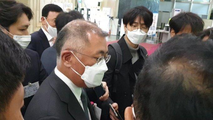 15일 정의선 현대차그룹 회장이 서울정부청사에서 열린 수소경제위원회 회의 이후 기자들과 만나 질문에 답하고 있다. /사진=최민경 기자