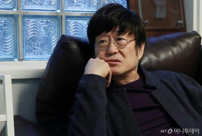 시간에 대한 그의 정의는 수록곡 '시간'에서 현실적 사랑을 얘기하고, 타이틀곡 '노인의 벤치'에서 동화 속 사랑을 그린다. 시간의 문은 그렇게 미래로 가거나 과거로 회귀할 만큼 뒤엉켜있다. /사진=김휘선 기자