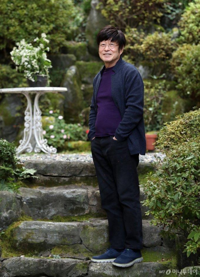 37년만의 솔로 음반 '문'에서 김창완은 '맨발로 걷는 음악 산책' 같은 느낌으로 수록곡 대부분을 단 한번에 녹음하는 등 어색함이나 실수조차 '날 것'의 재료로 사용했다. /사진=김휘선 기자