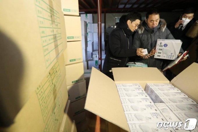 지난 2월 경기도 용인시 소재 한 마스크 판매업체 창고에서 정부합동단속단이 마스크 매점매석 단속을 하고 있다. /사진=뉴스1