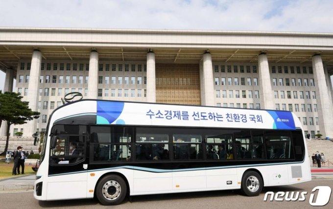 (서울=뉴스1) 신웅수 기자 = 12일 서울 여의도 국회에서 열린 '국회 수소버스 시승식'에서 수소버스가 시운전을 하고 있다.   국회는 국가기간 중 최초로 양산형 수소버스를 도입했다. 2020.10.12/뉴스1