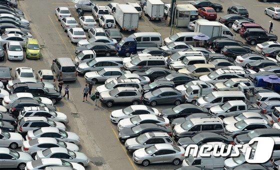 서울의 한 중고차매매단지에 경유차를 비롯한 차량들이 판매를 기다리고 있다.2016.6.28/뉴스1 © News1 박세연 기자