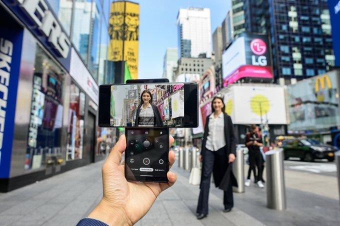 LG전자가 15일(현지시간) 전략 스마트폰 'LG 윙(LG WING)'을 미국 시장에 본격 출시했다. 뉴욕 타임스스퀘어 광장에서 모델이 LG 윙을 소개하고 있다. /사진제공=LG전자