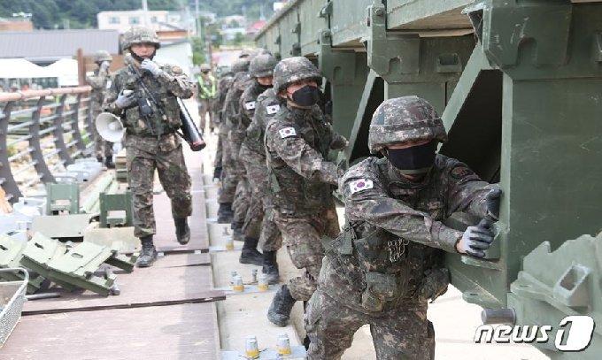 3군단 장병들이 지난 8월 초 폭우로 침하된 인제 서화면 천도리 양지교를 대신할 임시 교량을 놓는 모습.(3군단 제공)© 뉴스1