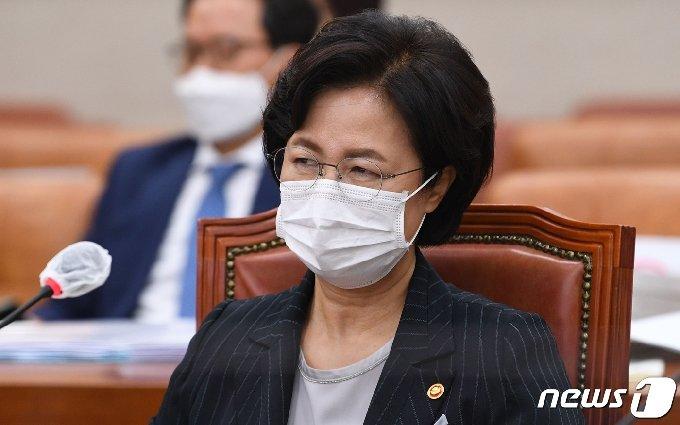 추미애 법무부 장관이 12일 오후 서울 여의도 국회에서 열린 법제사법위원회의 법무부 등에 대한 국정감사에서 야당 의원들의 의사진행 발언을 듣고 있다. 2020.10.12/뉴스1 © News1 신웅수 기자