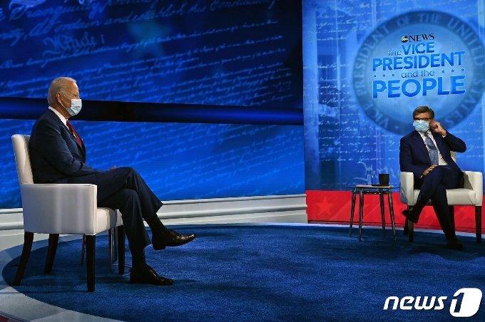 조 바이든 미국 민주당 대선후보가 15일 (현지시간) 펜실베이니아주 필라델피아의 국립 헌법센터에서 열린 ABC 뉴스 타운홀 행사서 진행자 조지 스테파노풀로스와 얘기를 나누고 있다. © AFP=뉴스1 © News1 우동명 기자