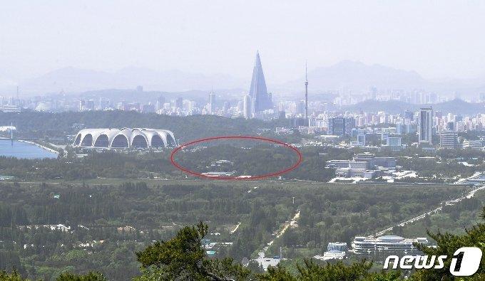 (서울=뉴스1) 대성산 주작봉에서 내려다본 청암동성 자리(원형 표시지역). 현재 김일성종합대학의 동쪽에 있으며, 금수산기념궁전의 남쪽부터 대동강변에 걸쳐 동서 길이 약 1.2km, 남북 길이 500m 가량으로 둘레가 약 3.5km 가량 되는 것으로 조사됐다. (미디어한국학 제공) 2020.10.17./뉴스1 photo@news1.kr