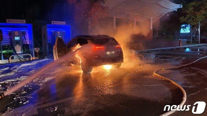 17일 새벽 남양주시 와부읍 주민자치센터 전기차 급속충전소에서 충전 중이던 현대자동차 코나 전기차에서 불이 났다.(남양주 소방서 제공)© 뉴스1