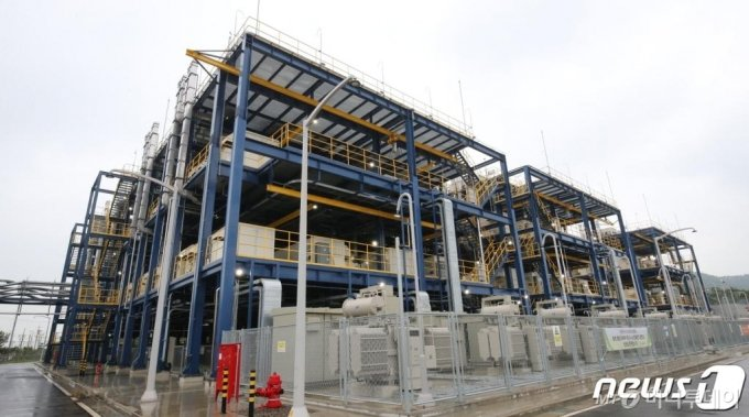 (서산=뉴스1) 김기태 기자 = 28일 오후 충남 서산 대산그린에너지에서 대산 수소연료전지 발전소 준공식이 열렸다. 사진은 수소연료전지 발전소 시설. 2020.7.28/뉴스1