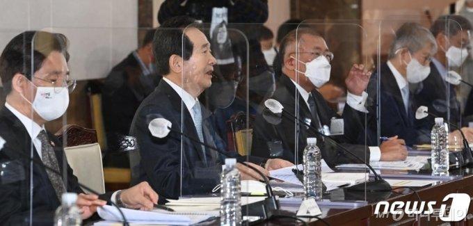 (서울=뉴스1) 허경 기자 = 정세균(왼쪽 두번째)총리가 15일 오전 서울 종로구 정부서울청사에서 열린 제2차 수소경제위원회의에서 모두발언을 하고 있다. 2020.10.15/뉴스1