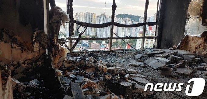 지난 8일 대형 화재가 발생한 울산 남구 달동 삼환아르누보 주상복합아파트 내부가 불에 타 처참한 모습을 보이고 있다. (독자 제공) /사진= 뉴스1