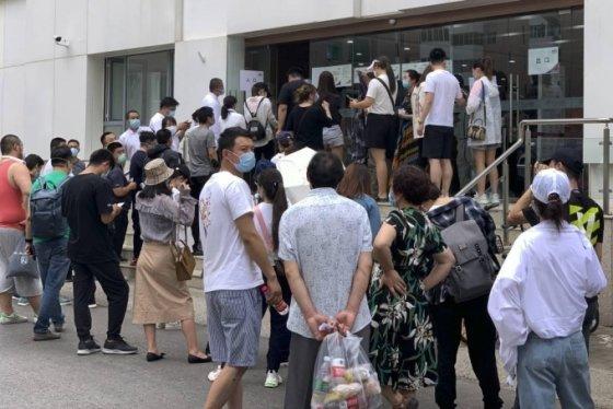지난 6월15일(현지시간) 베이징의 보건소 앞에서 핵산 증폭 검사를 받으려는 시민들이 마스크를 쓰고 줄 서 있다. /AP=뉴시스