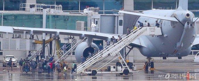 24일 인천국제공항에서 코로나19 여파로 긴급 이송된 이라크 파견 근로자들이 공군 공중급유기에서 내리고 있다. / 사진=인천국제공항=이기범 기자 leekb@