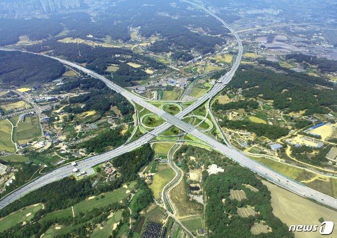 착공 5년 만에 다음달 개통을 앞둔 서울~문산 고속도로. © 뉴스1