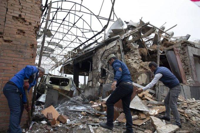 4일(현지시간) 아제르바이잔의 간자 주거 지역에서 주민들이 아르메니아의 공격으로 파괴된 건물 잔해를 치우고 있다. 2020.10.05./사진=[간자=AP/뉴시스]