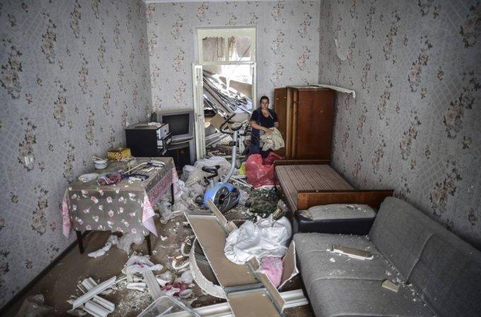 13일(현지시간) 아제르바이잔 제2 도시 간자에서 한 여성이 아르메니아의 포격으로 피해를 본 자신의 집에 앉아 있다. 2020.10.14./사진=[간자=AP/뉴시스]