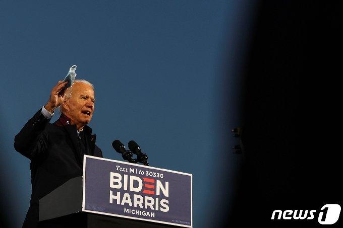 조 바이든 미국 민주당 대선 후보가 16일(현지시간) 미시건주 노비에 있는 미시건 주 페어그라운드에서 열린 유권자 투표 참여 독려 행사에서 연설을 하고 있다.© 로이터=뉴스1
