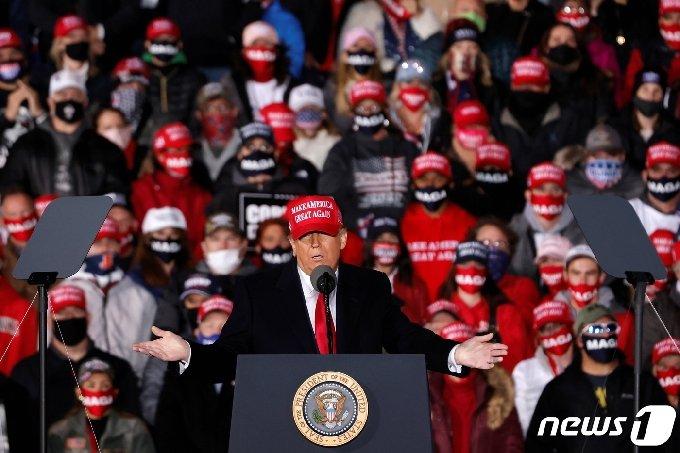도널드 트럼프 미국 대통령이 17일(현지시간) 위스콘신주 제인스비리에 있는 서던 위스콘신 공항에서 유세를 벌이고 있다. © 로이터=뉴스1