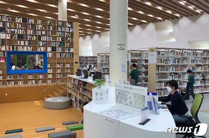 18일 오후 울산도서관을 찾은 시민들이 책을 보고 있다. 2020.10.18/뉴스1 © News1 조민주 기자