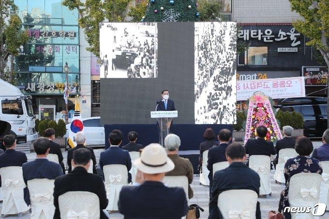 창원시는 18일 오동동문화광장에서 제41주년 부마민주항쟁 창원시 기념식 및 조형물 제막 행사를 개최했다(창원시 제공)© 뉴스1