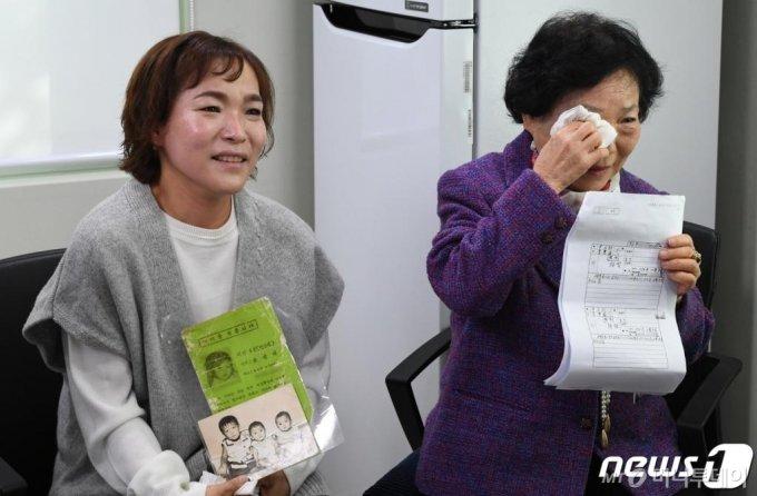 이응순(어머니), 윤상희(언니)씨가 지난 15일 오전 서울 동대문구 경찰청 실종자 가족 지원센터에서 윤상애(미국명 데니스 맥카티)씨와 화상통화를 하다 눈물을 닦고 있다./뉴스1