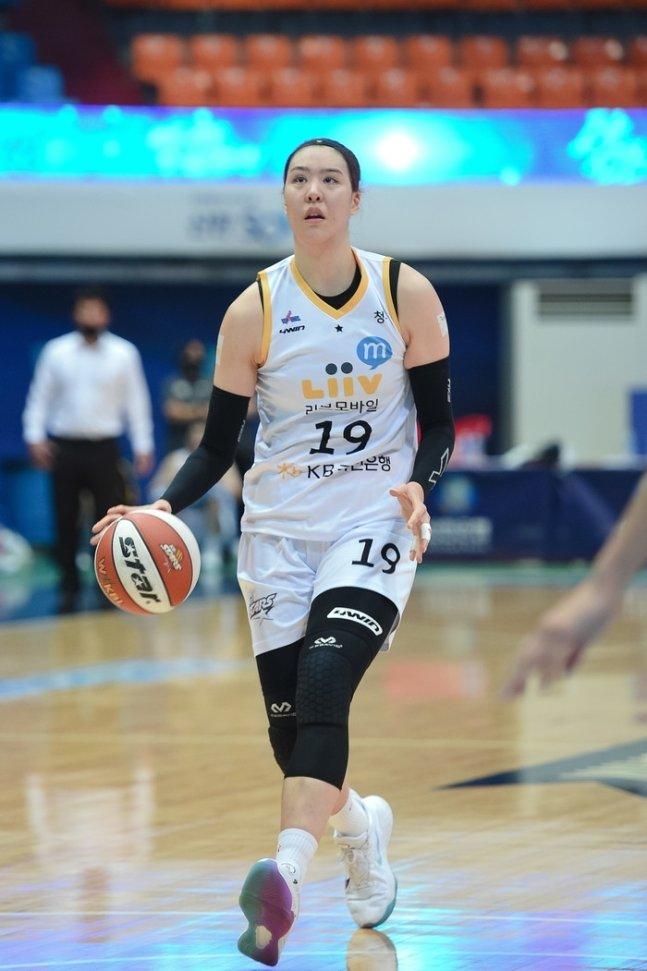 박지수가 맹활약한 KB가 신한은행을 꺾고 시즌 첫승을 신고했다. (WKBL 제공) © 뉴스1