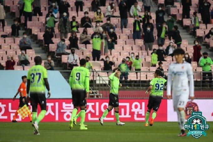 전북 선수들이 김보경(가운데)의 골에 함께 기뻐하고 있다. /사진=한국프로축구연맹 제공