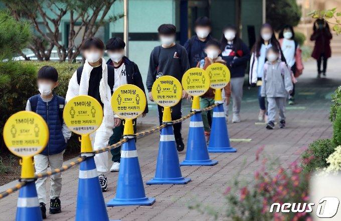사회적 거리두기가 1단계로 하향되면서 전국 유·초·중·고 등교수업이 확대된 19일 오전 서울 금천구 문백초등학교에서 학생들이 등교하고 있다./뉴스1 © News1 이재명 기자