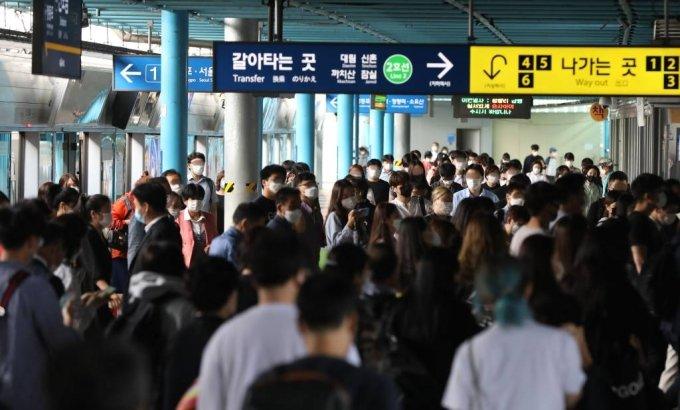 9일 오전 서울 구로구 신도림역에서 마스크를 쓴 시민들이 지하철을 이용해 출근하고 있다. 2020.09.09./사진=뉴시스