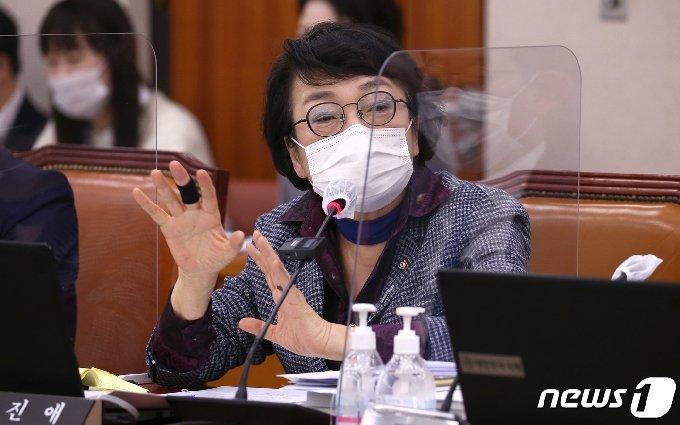 김진애 열린민주당 의원이 19일 서울 여의도 국회에서 열린 법제사법위원회 국정감사에서 질의하고 있다. 2020.10.19/뉴스1 © News1 성동훈 기자