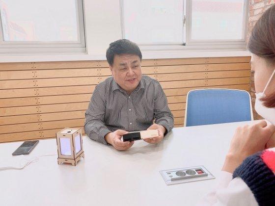 지니어스메이커스 김대영 대표가 색다른 코딩교구 '이노블럭'에 대해 설명하고 있다.