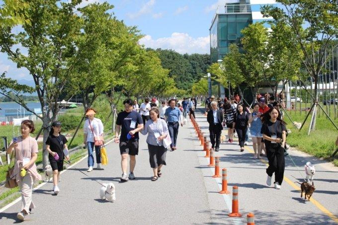 지난해 9월 근로자 휴가지원 제도에 참여한 다양한 연령대의 근로자들이 한국관광공사가 마련한 반려견과 함께하는 국내여행 프로그램에 참가해 춘천 의암호 스카이워크를 산책하는 모습. /사진=한국관광공사