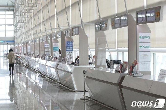 3일 오후 인천국제공항 1터미널 내 여행사 카운터가 한산한 모습을 보이고 있다.  /사진=뉴스1