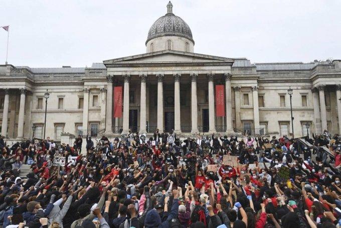[런던=AP/뉴시스] 지난 6월 영국 런던의 트라팔가 광장에서 흑인 조지 플로이드의 사망에 항의하는 시위가 열리고 있다. 사진은 기사와 직접적인 관계가 없음.