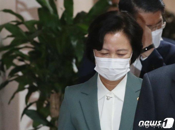 추미애 법무부장관이 20일 오전 서울 종로구 정부서울청사에서 열린 화상으로 열린 국무회의에 참석하고 있다./사진=뉴스1