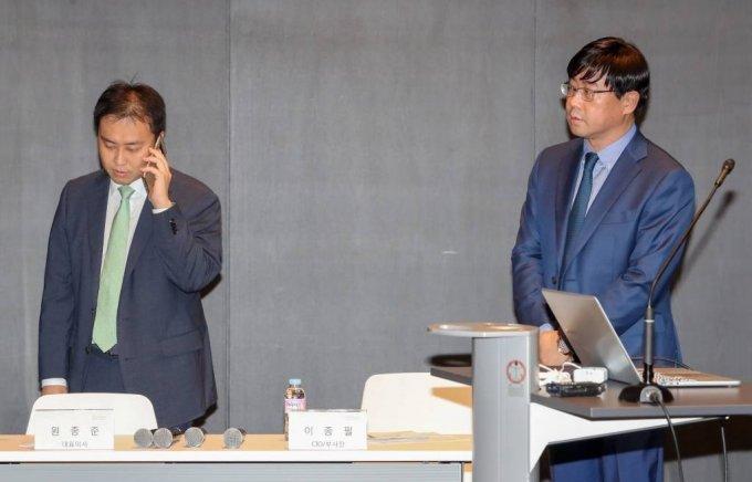 라임자산운용 원종준 대표(왼쪽)와 이종필 부사장이 2019년 10월14일 오후 서울 여의도 IFC에서 최근 6200억원 규모의 사모펀드 환매 중단 사태 관련해 브리핑을 준비하고 있다./사진=이기범 기자