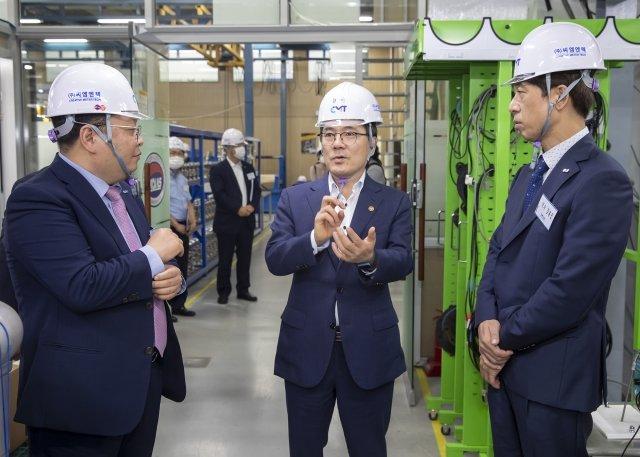 지난 7월 14일 홍정기 환경부 차관(가운데)이 우수연구개발 혁신제품 지정을 받은 씨엠엔텍을 방문해 혁신제품을 소개받고 있다./사진제공=환경부