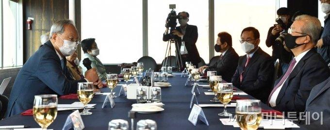 국민의힘 상임고문단 박관용 전 국회의장(왼쪽)이 20일 오전 서울 영등포구 여의도 CCMM빌딩의 한 식당에서 열린 회의에 참석해 김종인 비대위원장(오른쪽)과 인사를 나누고 있다./사진제공=뉴시스