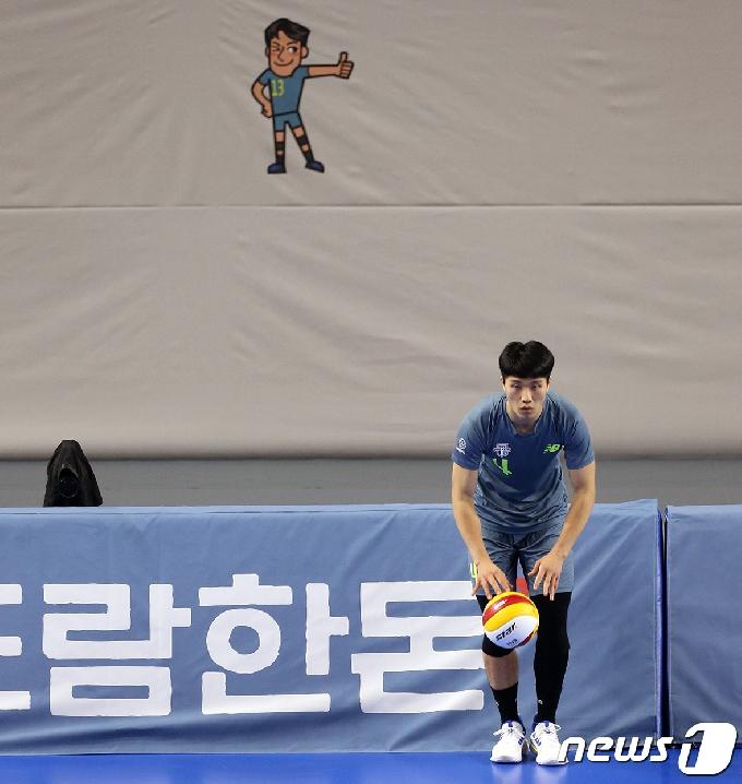 [사진] 김형진 '서브는 신중하게'