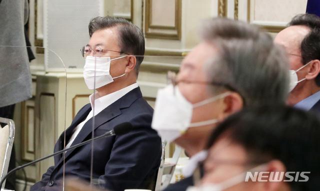 文대통령, 또 홍남기 '특급칭찬'…플러스성장 보고에