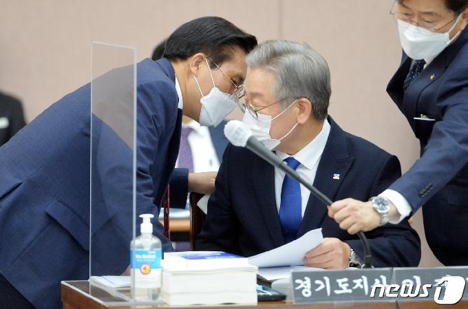 [사진] [국감] 대화하는 이재명 지사와 송석준 의원