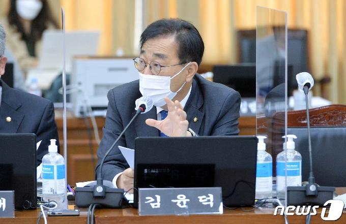 [사진] [국감] 질의하는 김윤덕 의원