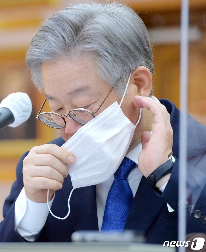[사진] [국감] 마스크 고쳐쓰는 이재명 지사