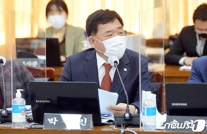 [사진] [국감] 질의하는 박성민 의원